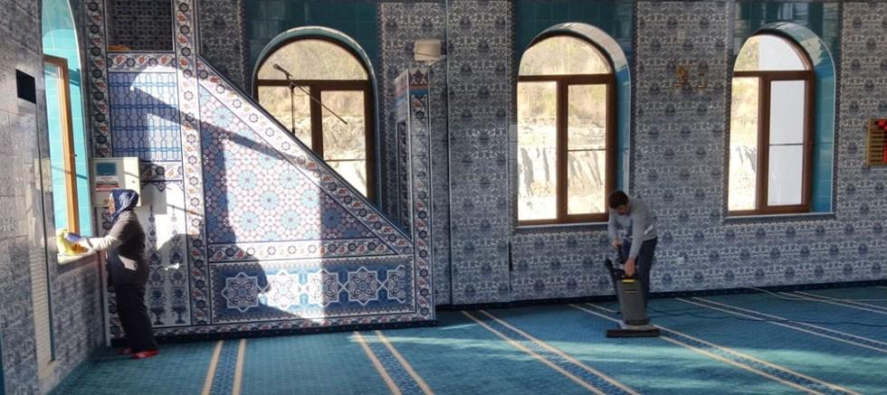 Aksu'da camiler ve kamu binaları ilaçlanıyor