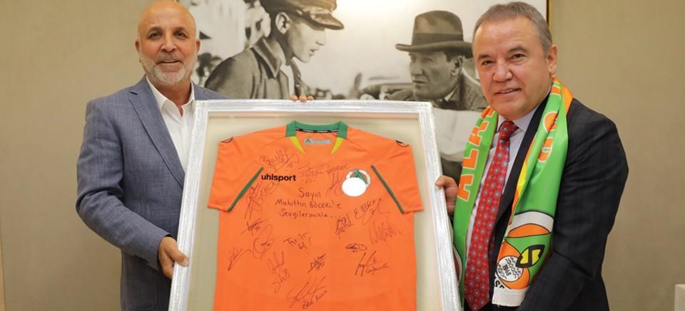 Alanyaspor Yönetimi, Başkan Böcek'i ziyaret etti