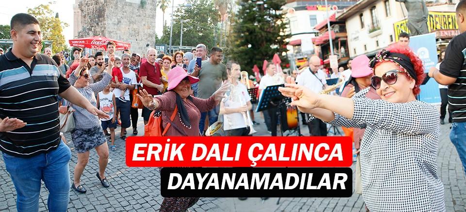Antalyalılar Erik Dalı çalınca dayanamadı...