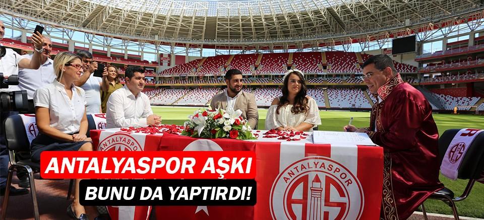 Antalyaspor fanatiği gazeteci çifte, Antalyaspor Stadı'nda nikah töreni...