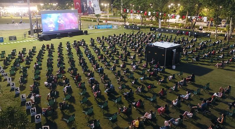 Binlerce Antalyalı sahilde sinema keyfi yaşadı
