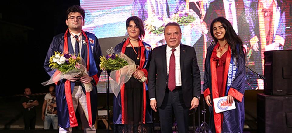 Muhittin Mustafa Böcek Anadolu Lisesi ilk mezunlarını verdi