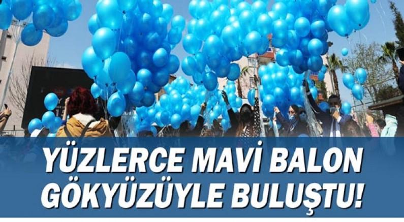 Yüzlerce mavi balon mavi gökyüzüyle buluştu